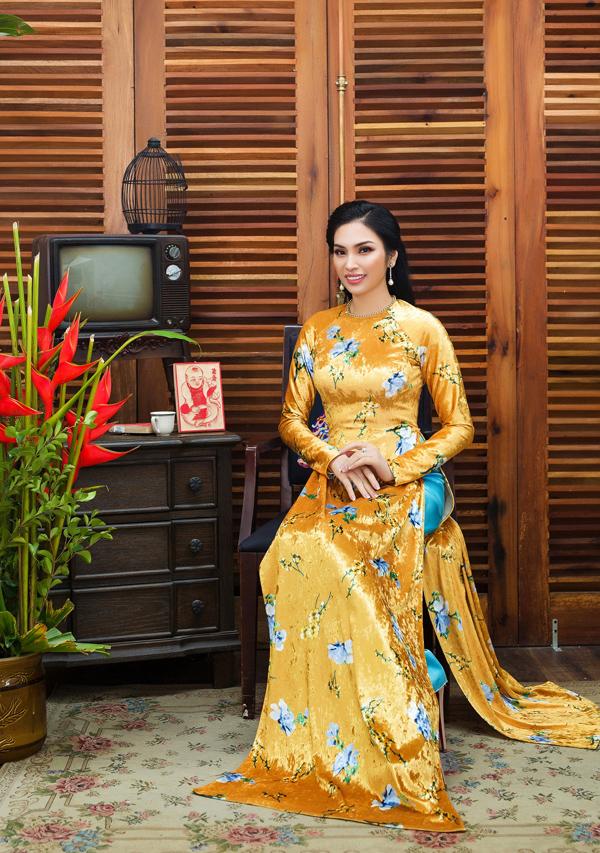 Tết đến xuân về là dịp lên ngôi của đủ kiểu biến tấu áo dài, nhưng tà áotruyền thống vẫn là lựa chọn của đông đảo quý cô nhờ nét sang trọng, kiêu sa.