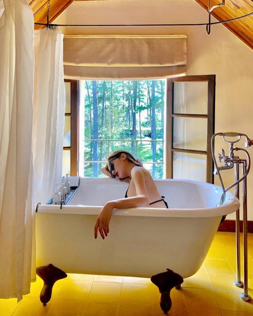 Hoa hậu Kỳ Duyên thư giãn trong bồn tắm.