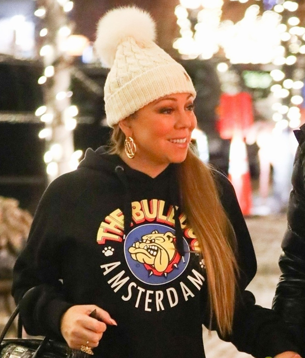 Mariah luôn bận rộn biểu diễn vào cuối năm nhưng đã thành thông lệ, năm nào giọng ca All I Want For Christmas cũng tới xứ lạnh Aspen để nghỉ Giáng sinh, chơi trượt tuyết.