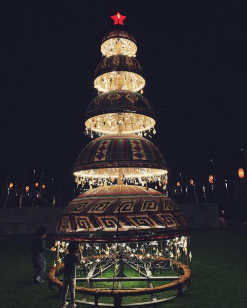 Tăng Thanh Hà lần đầu đăng ảnh hai con vui chơi bên cây thông Noel khổng lồ.