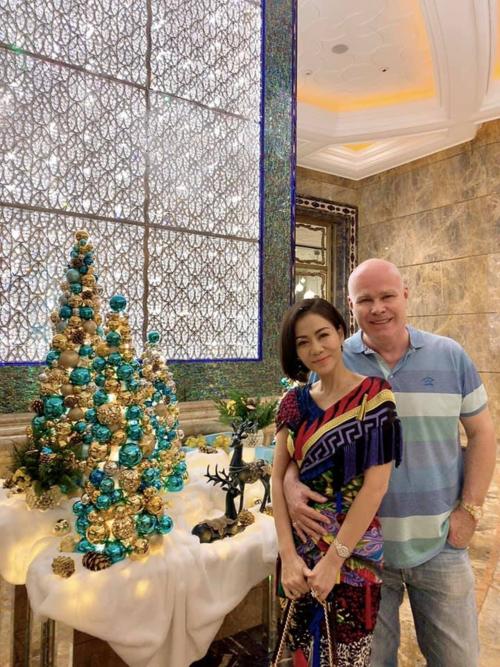Ca sĩ Thu Minh hạnh phúc trong vòng tay chồng.