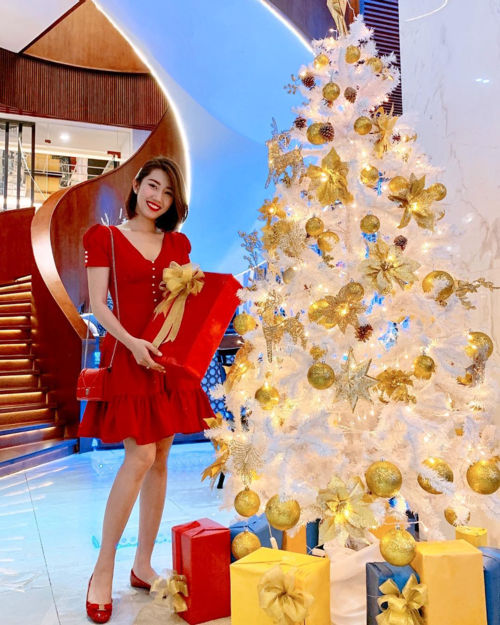 Diễn viên Thúy Ngân đỏ từ đầu từ đầu đếnchân khi pose hình bên cây thông Noel.