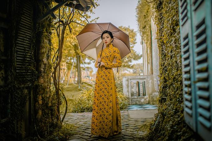 Ca sĩ Lệ Quyên diện áo dài chụp ảnh quáng bá album