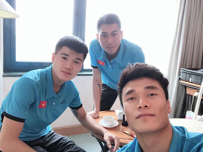 Thủ môn Bùi Tiến Dũng đăng ảnh selfie cùng Lục Xuân Hưng và Tuấn Mạnh.