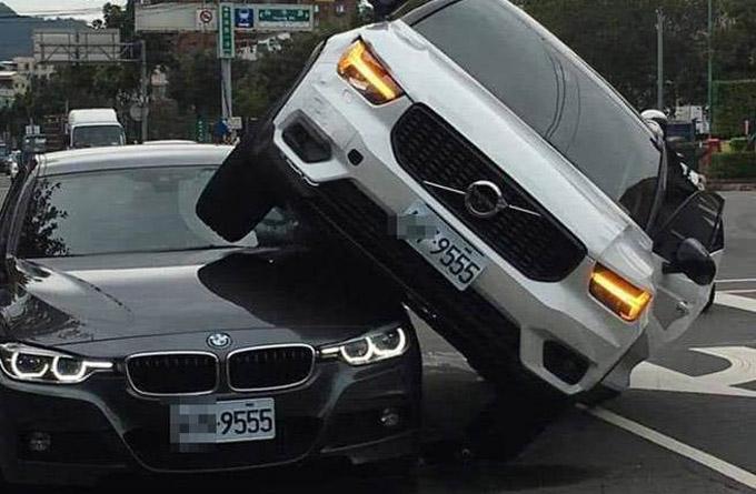 Hai chiếc xe có 4 số cuối trên biển số giống hệt nhau. Ảnh: Taiwan News.