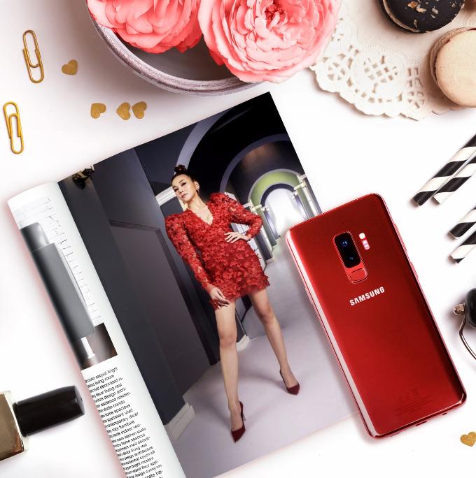 Dù đang bận rộn với các kế hoạch cuối năm nhưng Thanh Hằng vẫn kịp nhuộm đỏ trang Instagram của mình qua những bức ảnh khoe thần thái quyến rũ của mình. Vốn là người chỉn chu, cầu toàn nên khi đã chọn tông vang đỏ để lên đồ, siêu mẫu cũng đầu tư hẳn một đôi giày và chiếc điện thoại Galaxy S9+ để tạo nên tổng thể hài hoà. Riêng chiếc điện thoại còn đóng vai trò thay thế cả ví tiền và những chiếc clutch cầm tay quen thuộc nhờ tính năng thanh toán di động Samsung Pay cùng trợ lý ảo Bixby Vision có khả năng nhận diện đồ đạc bằng hình ảnh và đưa người dùng đến thẳng các địa chỉ bán chúng.