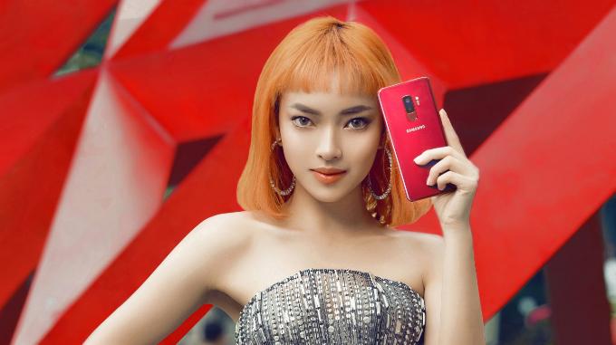 Mùa lễ hội năm nay, Châu Bùi đã đồng loạt thay ảnh đại diện và ảnh bìa Facebook sang tông màu vang đỏ. Người đẹp khoe khiếu thời trang với phong cách phối đồ hiện đại, tinh tế nhưng không kém phần quyến rũ. Bên cạnh không gian chụp ảnh ngập trong sắc đỏ, Châu Bùi còn kết hợp kiểu tóc và chiếc điện thoại tông màu vang đỏ.