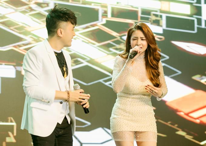 Chương trình tối qua đánh dấu sự tái xuất của cô. Dương Ngọc Thái động viên vợ đi hát trở lại cho đỡ nhớ nghề.