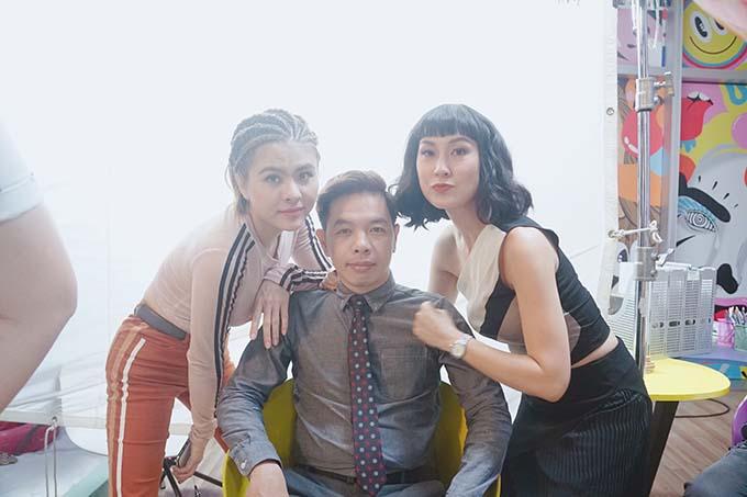 Vân Trang, Thái Hòa và Kathy Uyên tại bối cảnh công ty mỹ phẩm.