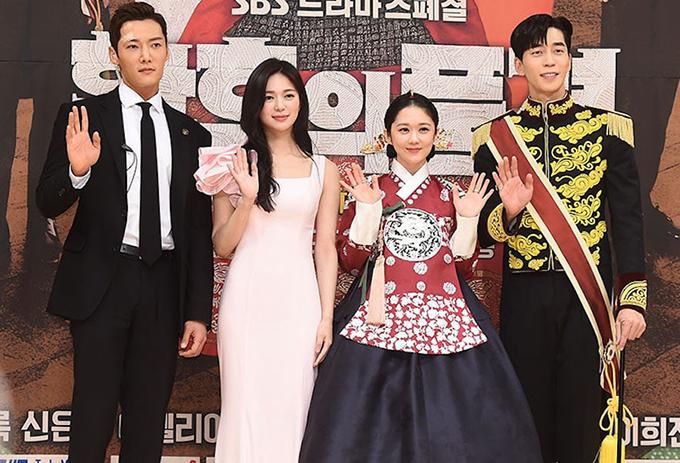 Bốn diễn viên chính (từ trái sang) Choi Jin Hyuk, Lee Elija, Jang Na Ra và Shin Sung Rok xuất hiện với tạo hình của mình trong phim tại buổi họp báo ra mắt Hoàng hậu cuối cùng.