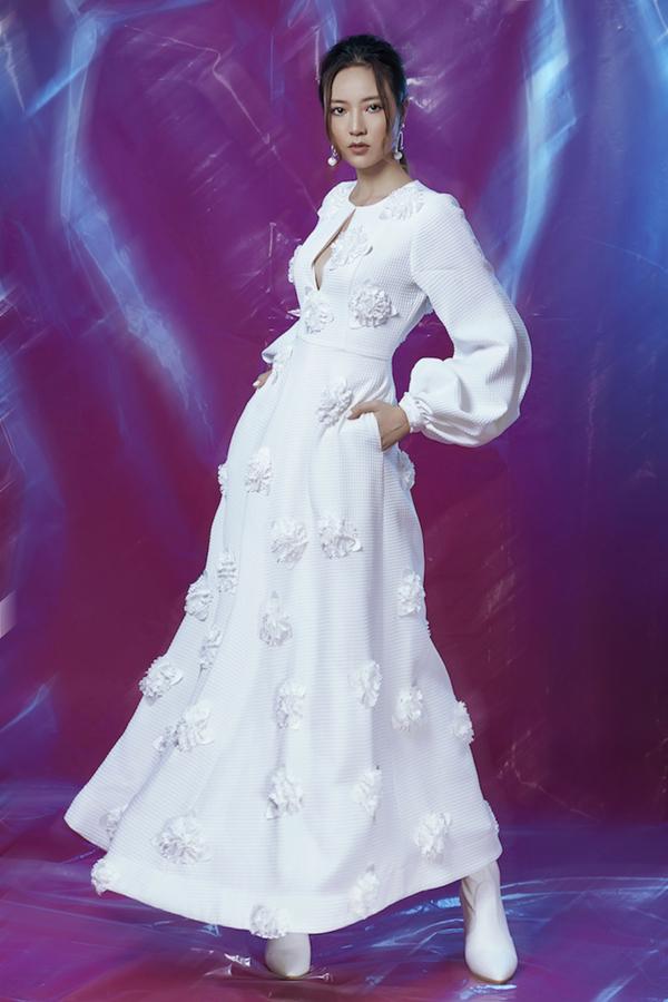 Những mẫu trang phục trắng tinh khôi hay đỏ rực rỡ mang đến nhiều may mắn, tốt lành cho năm mới, hứa hẹn sẽ trở thành hướng được yêu thíchtrong dịp tết này.