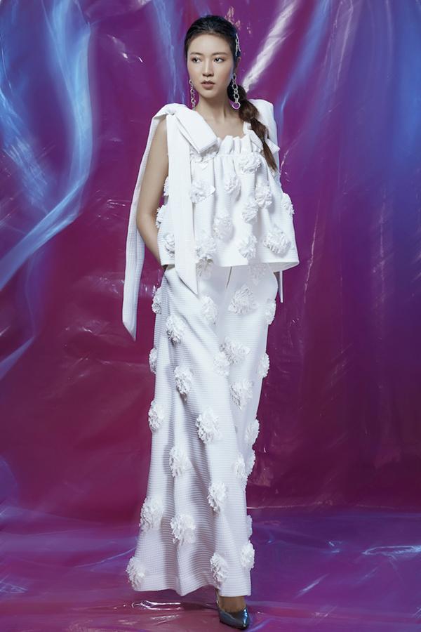 Đây là những mẫu thiết kế được tuyển chọn từ chương trình Tôi đi giữa hoàng hôn diễn ra hồi đầu tháng 12 vừa qua tại Đà Lạt.