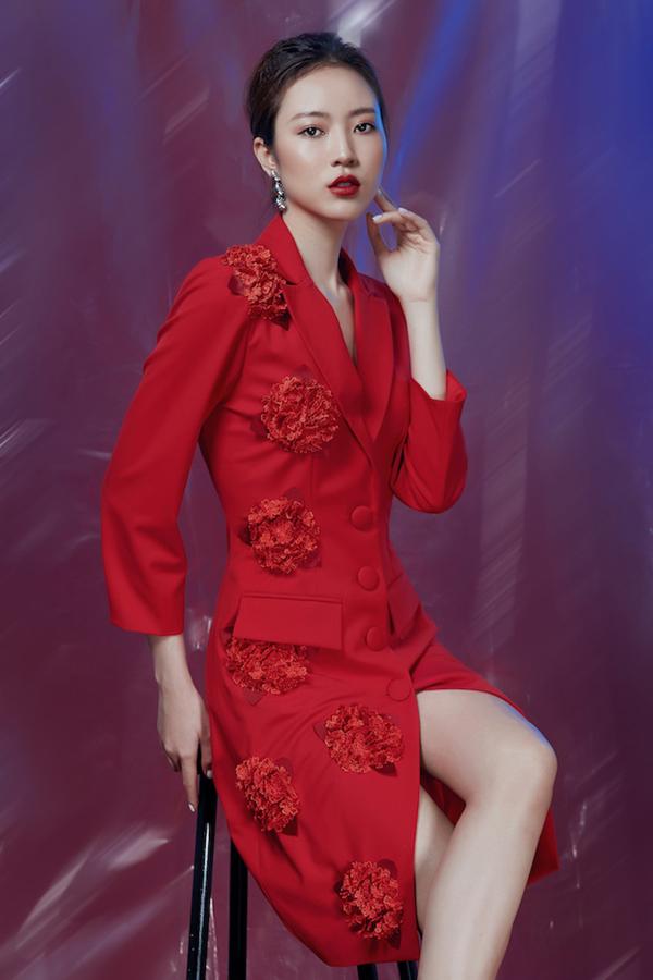 Nếu như những đóa hoa trắng lấy cảm hứng từtiết trời lành lạnh ở xứ sương mù thì với không khí rộn ràng ngày tết, nhà mốtđã thực hiện thêm phiên bản màu đỏ cho những mẫu trang phục này.