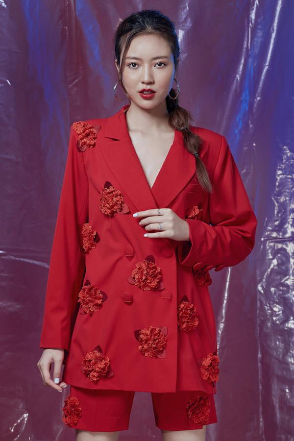 Bên cạnh đó, những đóa hoa hồng, hoa cẩm tú cầu được thực hiện dưới dạng 3D càng tăng thêm nét thanh lịch cho bộ trang phục.