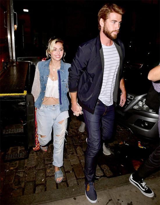 Sau hai năm nổi loạn và khủng hoảng trong yêu đương, đầu năm 2016, Miley nối lại tình cảm với Liam Hemsworth. Cô được trông thấy về quê hương Australia của Liam đón năm mới cùng gia đình anh.