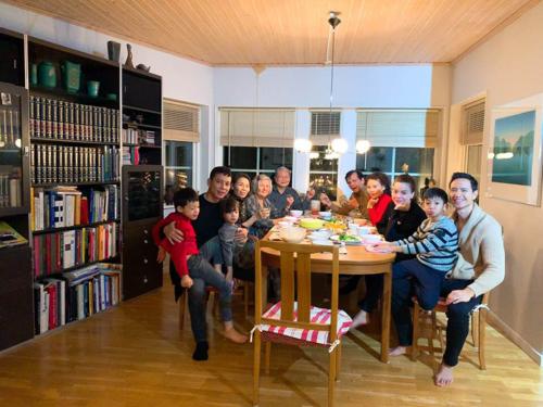 Gia đình Hồ Ngọc Hà ăn cơm vui vẻ tại nhà riêng của bố mẹ Kim Lý.