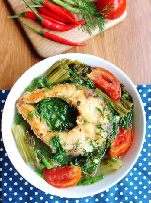 Canh cá nấu dưa chua nóng hổi cho ngày trở lạnh - ảnh 1