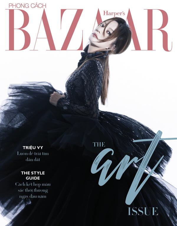 Bộ váy mà Triệu Vy mặc trên trang bìa tạp chí có giá là 50.000 USD và được làm trong 2.160 giờ.
