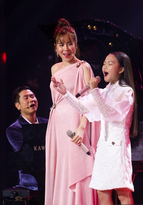 Hà Quỳnh Như hoà giọng với hai huấn luyện viên ca khúc Tết xuân.