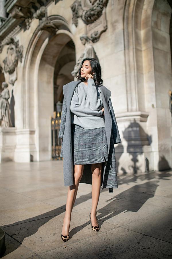 Các thiết kế măng tô dạ ấm áp và sang trọng là trang phục không thể thiếu trong tủ đồ mùa đông của phái đẹp. Không chỉ mang mục đích giữ ấm, chiếc áo măng tô trong mùa đông còn làm nổi bật sự sang trọng và cá tính của người mặc.