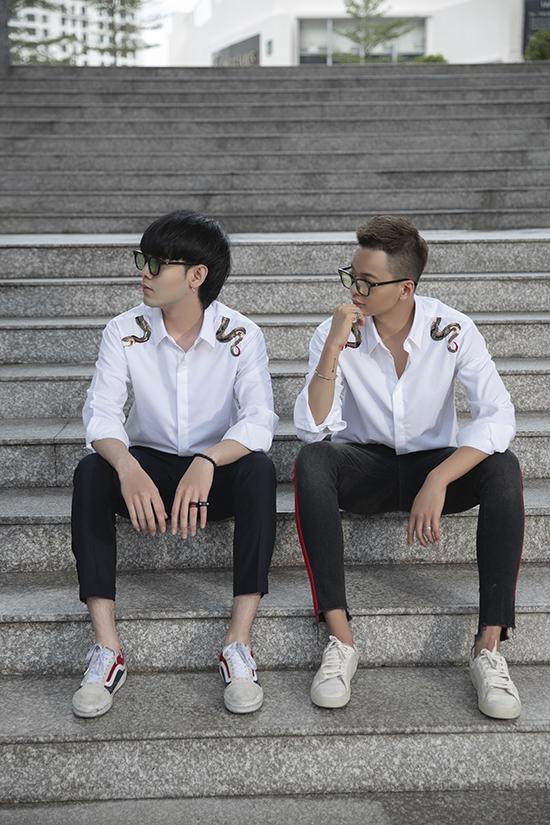 Đối với nam giới, những chiếc áo sơ mi trắng gần như là trang phục không bao giờ lỗi mốt. Nó được sử dụng quanh năm và mix-match hài hoà cùng nhiều bối cảnh khác nhau.