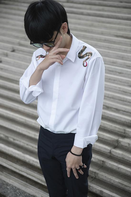 Sơ mi được xem là item không thể thiếu trong tủ quần áo của mọi chàng trai. Đặc biệt là những kiểu sơ mi trắng phom dáng cơ bản vừa có thể phối cùng quần tây vừa có thể mặc cùng quần jeans trẻ trung.