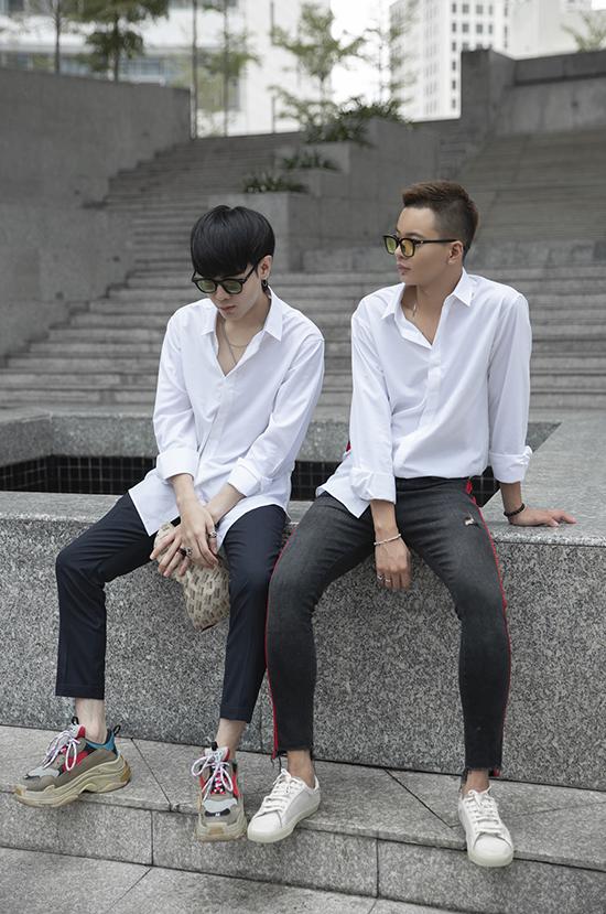 Áo trắng được ưa chuộng vì dễ phối hợp cùng nhiều kiểu quần khác nhau. Chúng còn giúp các chàng nhanh chóng lên đồ để đi muôn nơi mà không phải nghĩ ngợi nhiều về việc mix-match trang phục.