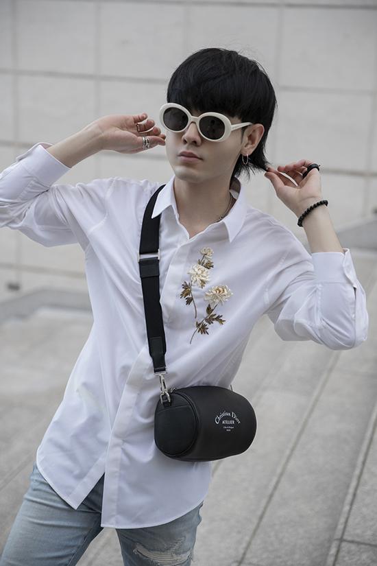 Bộ ảnh được thực hiện với sự hỗ trợ của nhiếp ảnh Chanh, người mẫu Hoàng Quốc Việt, Mai Thành Danh.