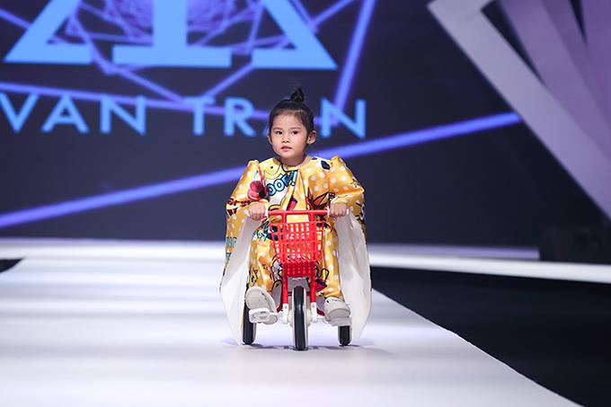 Trong khi đàn chị thể hiện lỗi diễn xuất bài bản thì cô bé Thiếu Gia Tuệ lại đốn tim người xem bằng nét đáng yêu. Cô bé 3 tuổi tự tin đạp xe khi lần đầu tiên được góp mặt trong một fashion show thiếu nhi hoành tráng.