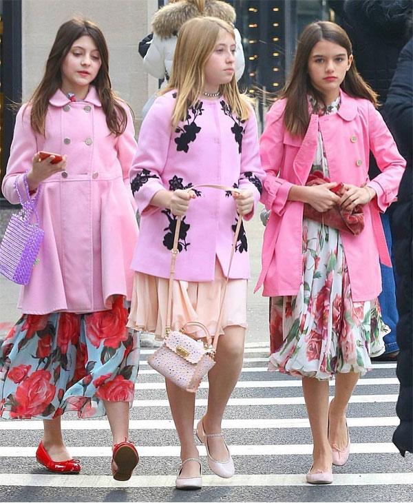 Thuở nhỏ, Suri luôn được bố mẹ cho mặc đồ hàng hiệu rất thời trang và sành điệu. Tuy nhiên sau đó Katie Holmes muốn con gái có cuộc sống bình dị như những đứa trẻ khác nên cô thay đổi cách ăn mặc cho Suri. Thi thoảng, cô bé mới xuất hiện với những trang phục bắt mắt.