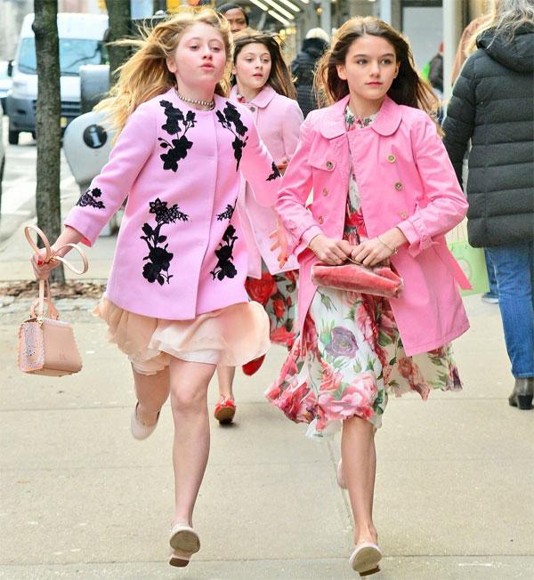 Hai cô bạn thân cũng mặc đồ cùng phong cách và tông màu khiến nhiều người liên tưởng đến các mẫu nhí chụp hình trên đường phố.