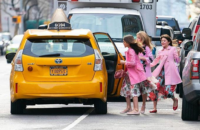 Cả ba háo hức lên xe taxi đi chơi.