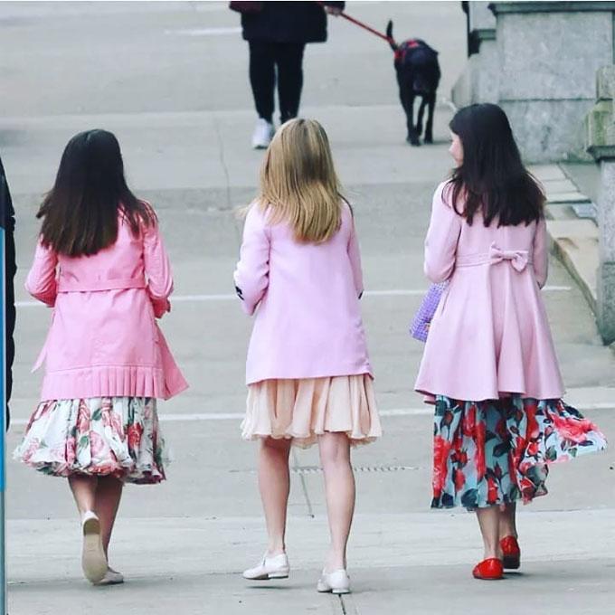 Ba cô bé vốn thường xuyên mặc đồ giống nhau.