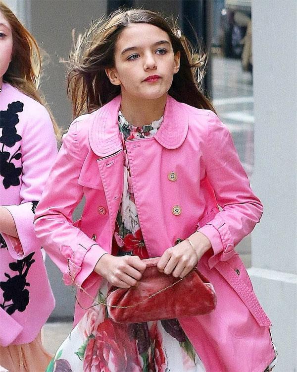 Những hình ảnh mới nhất của Suri gợi nhớ đến tài tử Tom Cruise vì cô bé càng lớn càng giống bố.