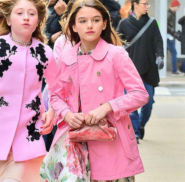 Cô bé 12 tuổi thu hút sự chú ý với gương mặt như búp bê và phong cách thời trang ấn tượng. Suri diện váy hoa, kết hợp với áo khoác hồng thương hiệu Burberry trị giá 900 USD (21 triệu đồng).