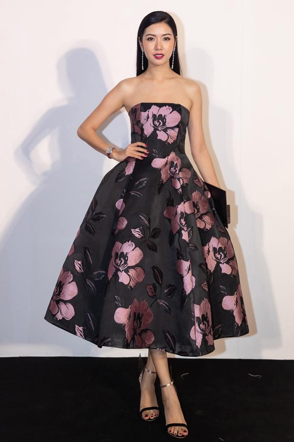 Bộ đầm quây dựng form bồng bềnh, in hoạ tiết hoa màu hồng trên nền đen giúp Á hậu Thúy Vân ghi điểm giữa rừng mỹ nhân dự show Mix & Match của NTK Đỗ Mạnh Cường.