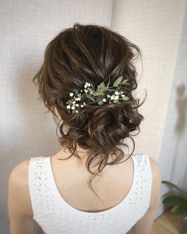 Tóc búi rối được điểm xuyết bằng vài cánh hoa mang đến vẻ đẹp thanh lịch, quyến rũ.