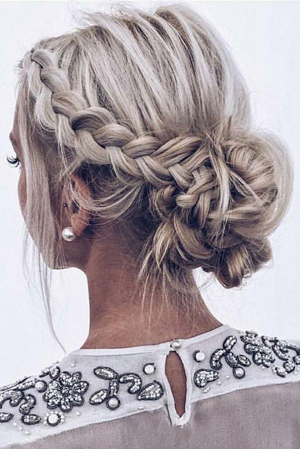 Nếu có mái tóc dài, bạn có thể tết hai lọn bên mai rồi búi lại phía sau gáy.