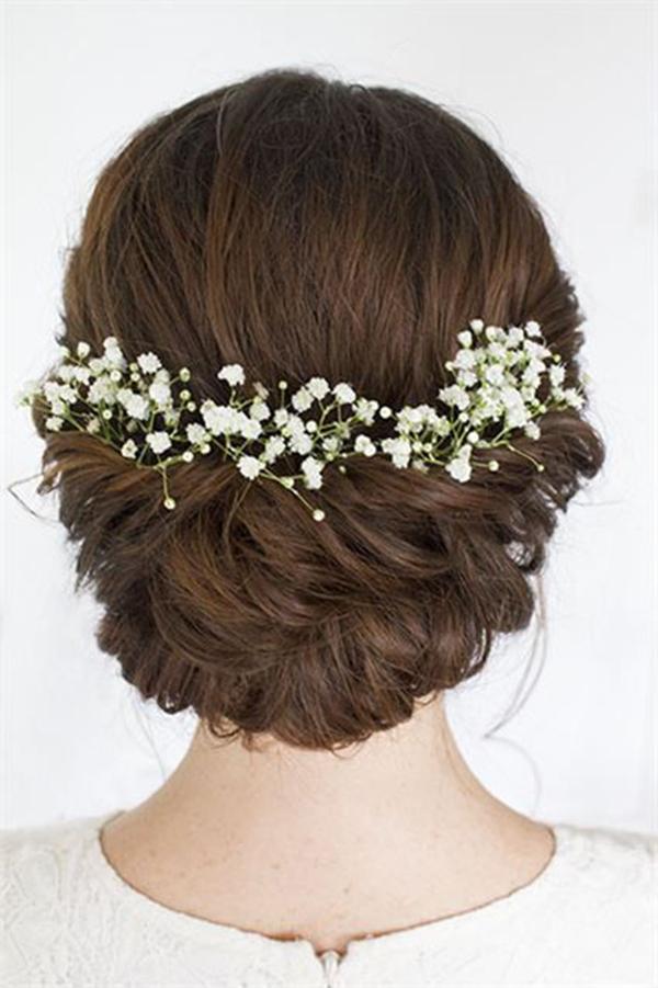 Chia tóc làm hai lọn, vắt chéo phía sau gáy rồi dùng cặp tăm cố định lại.