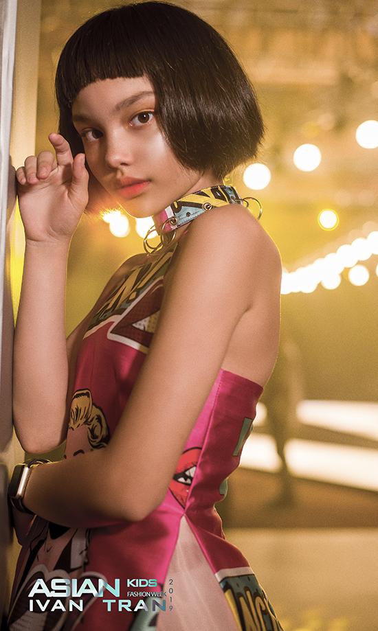 Khuôn mặt cá tính của cô bé được các chuyên gia trang điểm, làm tóc biến hoá một cách ấn tượng để mang lại dấu ấn riêng cho từng bộ sưu tập.