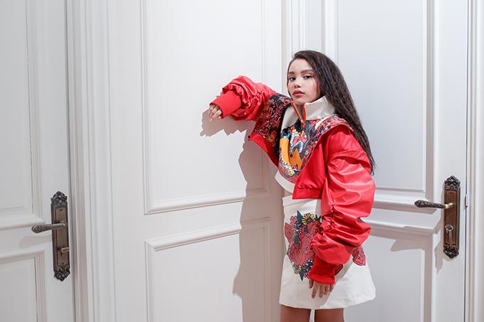 Alex đang học tập và sinh sống cùng ba mẹ tại Việt Nam nên có khả năng nói lưu loát được cả hai ngôn ngữ. Em là gương mặt thường xuyên xuất hiện trong các show diễn thời trang thiếu nhi chuyên nghiệp trong nước và quốc tế.