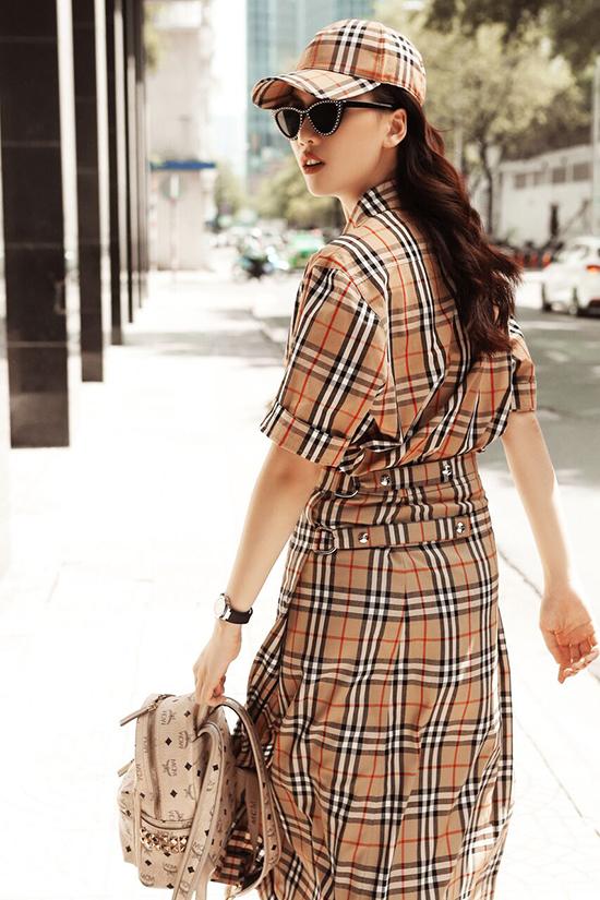 Bên cạnh hình ảnh quyến rũ trên thảm đỏ, Quỳnh Hoa cũng chăm chút cho street style để ghi điểm về phong cách thời trang cá nhân.
