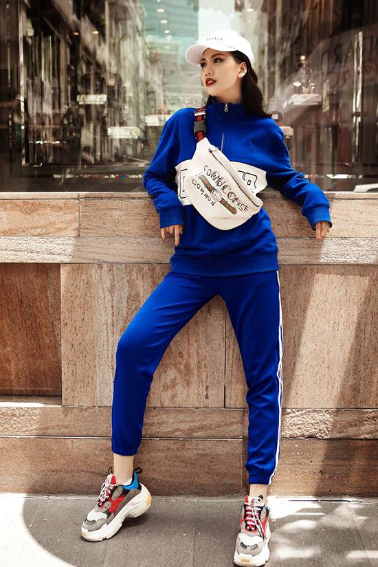 Bên cạnh các mẫu trang phục tôn vẻ đẹp gợi cảm, Quỳnh Hoa còn chọn các sản phẩm mang hơi hướng phong cách thể thao để chưng diện.