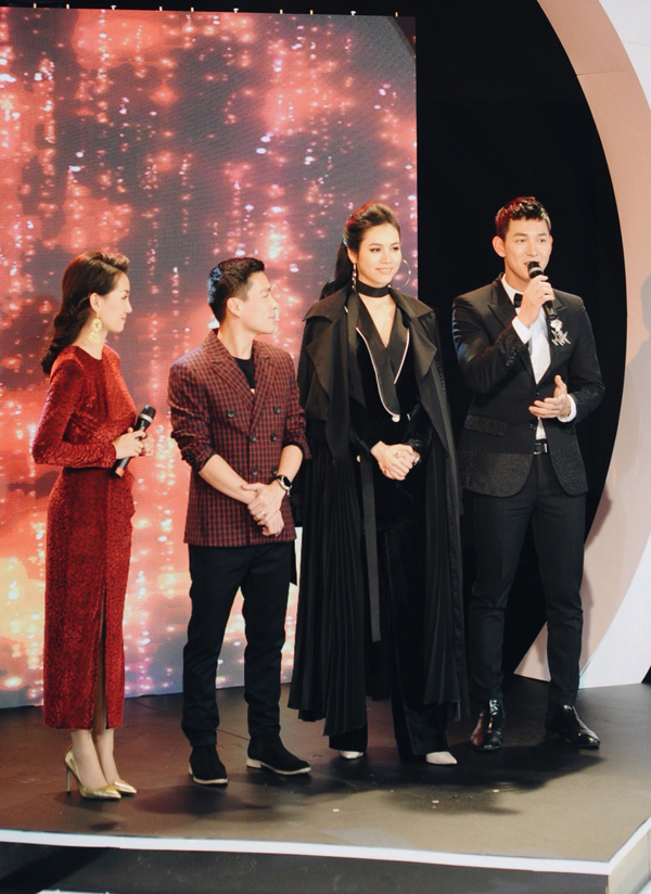 Cả hai cùng trò chuyện với nhà thiết kế Adrian Anh Tuấn và Á hậu Hoàng My về một năm hoạt động.