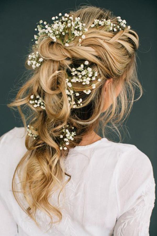 Tóc tết nhiều tầng gắn hoa hợp với những chiếc váy xoè dáng công chúa lộng lẫy.