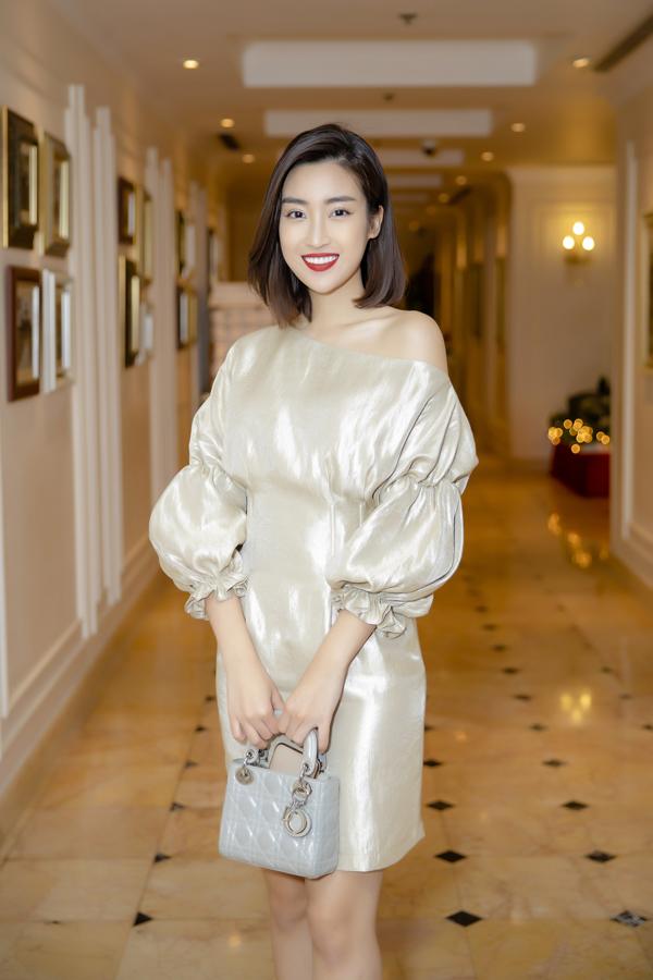 Đỗ Mỹ Linh mặc váy ngắn giữa trời lạnh 9 độ C dự event của Nguyễn Thị Loan - 1