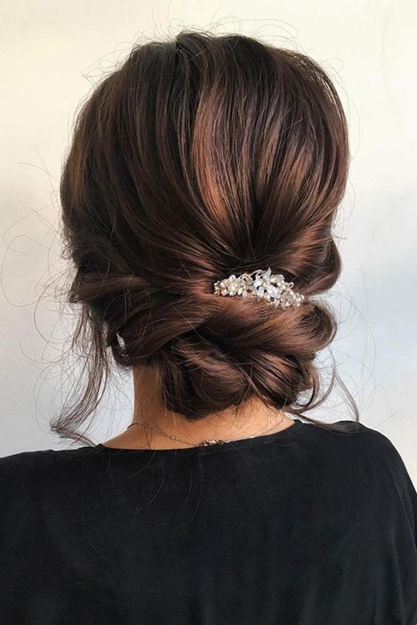 Tóc buộc thắt nút thấp phía sau gáy hợp với những nàng chuộng phong cách sang trọng, lịch thiệp.