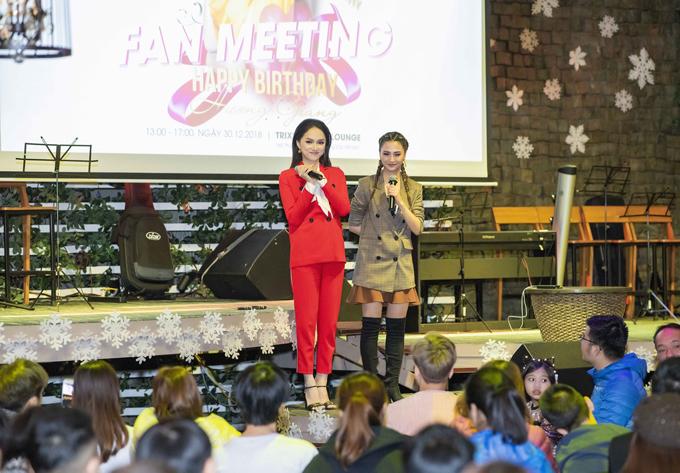 Chiều 30/12, Hương Giang tổ chức buổi offline ấm cùng với người hâm mộ Hà Nội nhân sinh nhật27 tuổi.Đây cũng là dịp để cô gửi lời cám ơn đến fan đã luôn ủng hộ cô suốt một năm qua, từ khi cô đăng quang Hoa hậu chuyển giới quốc tế 2018 cho đến sản phẩm âm nhạc mới đây cô phát hành.
