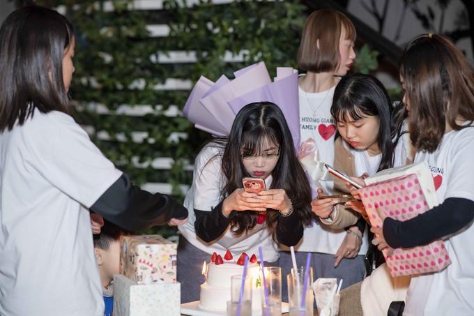 Người hâm mộ thủ đô chuẩn bị bánh, quà tặng sinh nhật cho Hương Giang vào chiều qua.