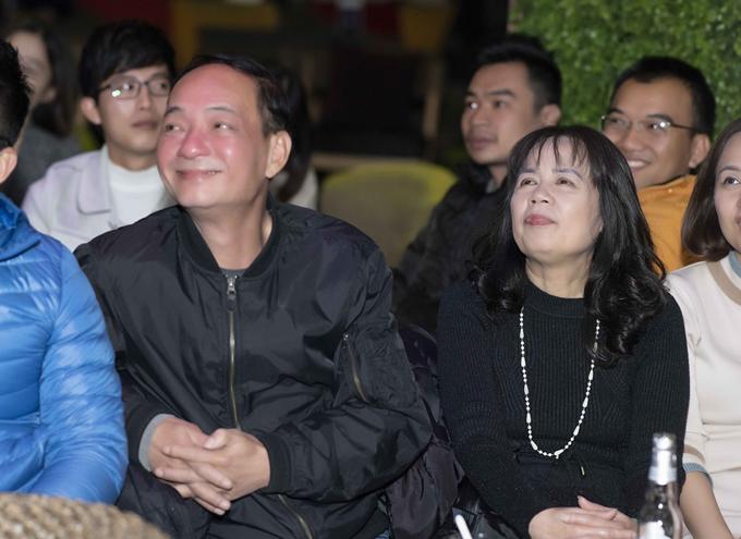 Bố mẹ của Hương Giang cũng có mặt tại buổi gặp gỡ chiều qua. Cả hai luôn chăm chú theo dõi con gái với ánh mắt tự hào và nụ cười ấm áp.